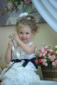 Söt liten flicka på telefonen — Stockfoto