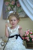 Roztomilá holčička na telefonu — Stock fotografie