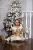 Kız yanında hediye kutusu ile noel ağacı — Stok fotoğraf