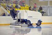 Macchina per ghiaccio nello stadio di resurfacing. — Foto Stock