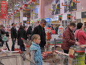 People at the checkout in the supermarket — Stock Photo