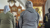 Parishioners in the Russian Orthodox Church in the service — Stock Photo