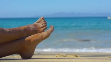 Bare feet at the beach — Stock Video