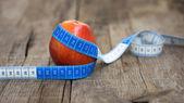 Jabłko i taśma pomiarowa — Zdjęcie stockowe