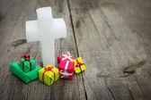 Cruz religiosa com presentes — Foto Stock