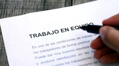 Circling Teamwork with a pen (In Spanish) — Stock Video