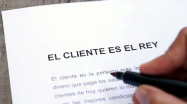 Circling Customer is king with a pen (In Spanish) — Stock Video