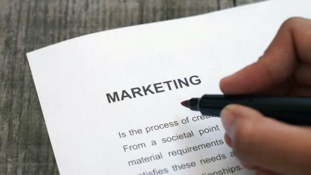 Marketing circunda con un marcador rojo — Vídeo de stock