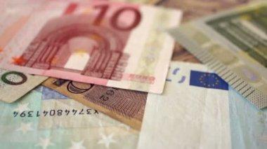 Euro bills and the word Money written In Spanish — Vídeo de stock