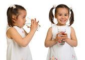 Sorrindo a menina com um copo de água sobre um fundo branco — Fotografia Stock