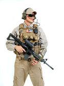 Voják s puškou na bílém pozadí — Stock fotografie
