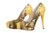ヘビ皮の要素を持つ黄色の女性のかかとの靴のペア — ストック写真