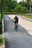 Homme à cheval sur la bicyclette de parc — Photo