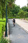 Man riding on bicycle by park — Foto de Stock
