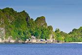Tropicale isola sperduta nell'oceano — Foto Stock