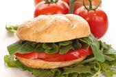 Sendvič s rajčaty a rukolou — Stock fotografie