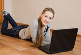 Die schöne frau mit dem laptop — Stockfoto