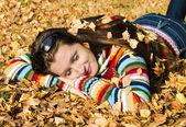 Sonbahar yürüyüş güzel bir kız — Stok fotoğraf