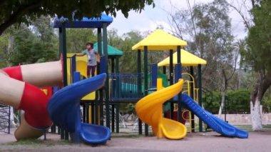 Crianças no playground timelapse — Vídeo stock