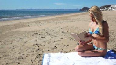 Beach Bikini Girl Sit Reading — Stock Video