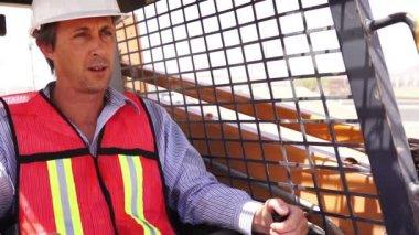 Skidsteer üzerinde endüstriyel erkek işçi — Stok video