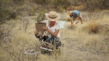 Dünya bilim kadın ön plana erkek arka — Stok video