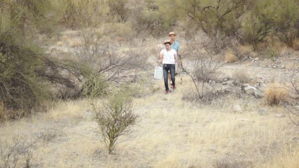 Dos ecologistas caminando al área de trabajo — Vídeo de stock