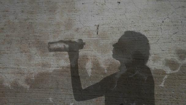 Mujer de silueta bebiendo de la botella de agua — Vídeo de stock
