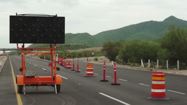 Cerca de la carretera desvío signo construcción Torres — Vídeo de stock