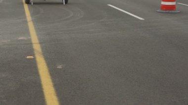 Highway Detour Sign Tilt Up Traffic — Stok video