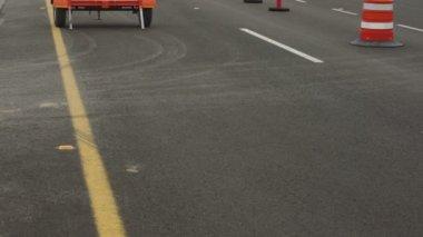 Highway Detour Sign Tilt Up No Traffic — Stok video