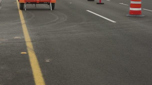 Signo de carretera desvío hacia arriba sin tráfico — Vídeo de stock
