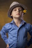 Bly i en hatt och gul tulpan — Stockfoto