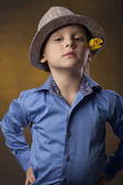 Bly in een hoed en gele tulp — Stockfoto