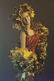 Mladá žena v lesní barvy pozadí — Stock fotografie