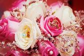 Fedi nuziali su fiori — Foto Stock