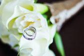 Anillos de boda en flores — Foto de Stock