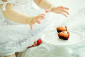 Child eats a sweet — Foto de Stock