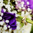 Bride bouquet and wedding rings — Stock Photo