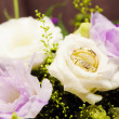 Foto Stock: Bride bouquet and wedding rings