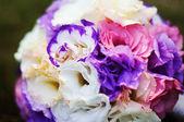 新娘捧花和结婚戒指 — 图库照片