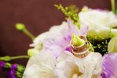 Bouquet de la mariée et les alliances — Photo