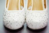 Elegant white wedding shoes — Stock Photo