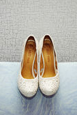 Elegante witte bruiloft schoenen — Stockfoto
