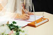 Panna młoda podpisanie licencji małżeństwa lub ślubu umowy — Zdjęcie stockowe