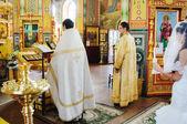 Lors d'une cérémonie le prêtre — Photo