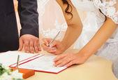 Sposa firma il contratto di matrimonio o di licenza di matrimonio — Foto Stock