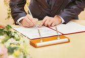 γαμπρός υπογραφή σύμβασης γάμου — Φωτογραφία Αρχείου