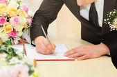 жених свадьба подписать договор — Стоковое фото