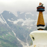 Landmark of a white stupa in Shangrila — Stock Photo #4739913